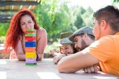 Freunde, die Blockspiel spielen Lizenzfreies Stockbild
