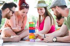 Freunde, die Blockspiel spielen Lizenzfreies Stockfoto
