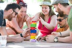 Freunde, die Blockspiel spielen Lizenzfreie Stockfotos