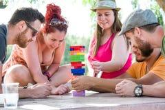 Freunde, die Blockspiel spielen Stockbilder
