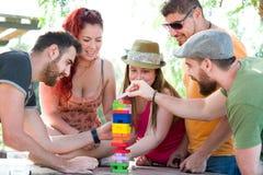 Freunde, die Blockspiel spielen Lizenzfreie Stockbilder