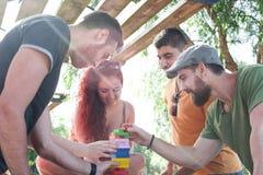 Freunde, die Blockspiel spielen Stockbild