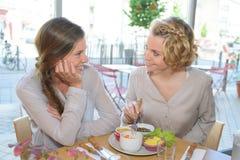 Freunde, die am Café zu Mittag essen Lizenzfreie Stockfotografie