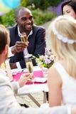 Freunde, die Champagne Toast At Wedding vorschlagen lizenzfreie stockfotografie