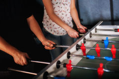 Freunde, die den Spaß spielt Tabelle foosball haben stockfotografie