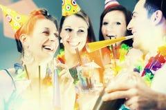 Freunde, die in der Cocktailbar mit Hüten partying sind stockfotografie