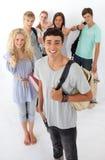 Freunde, die die Highschool durchlaufen lizenzfreies stockbild
