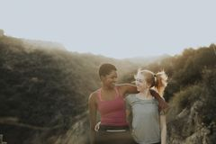Freunde, die durch die Hügel von Los Angeles wandern lizenzfreies stockbild