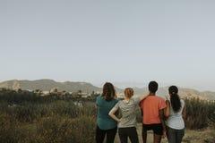 Freunde, die durch die Hügel von Los Angeles wandern lizenzfreies stockfoto