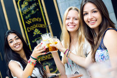 Freunde, die ein Getränk auf einer Terrasse nehmen Stockfotos