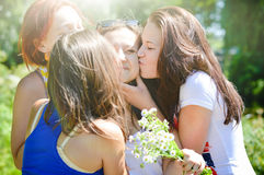 Freunde, die ein Mädchen auf ihrem Geburtstag beglückwünschen Lizenzfreie Stockfotos