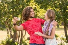 Freunde, die ein selfie im Park nehmen Lizenzfreie Stockfotografie
