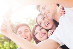 Freunde, die ein selfie mit Smartphone nehmen Stockbild