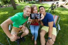 Freunde, die ein selfie nehmen Stockfotografie