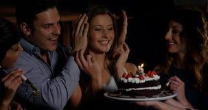 Freunde, die eine überraschte Geburtstagsfeier in der Stange feiern stock video