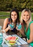 Freunde, die an einem lachenden und lächelnden Café zu Mittag essen Stockfoto