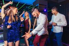 Freunde, die in einem Nachtklub partying sind stockbild