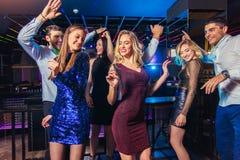 Freunde, die in einem Nachtklub partying sind lizenzfreie stockfotos