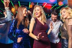 Freunde, die in einem Nachtklub partying sind lizenzfreies stockfoto