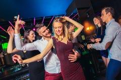Freunde, die in einem Nachtklub partying sind lizenzfreies stockbild