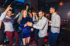 Freunde, die in einem Nachtklub partying sind stockfoto
