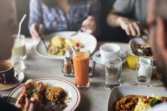 Freunde, die an einem Restaurant frühstücken stockfotografie