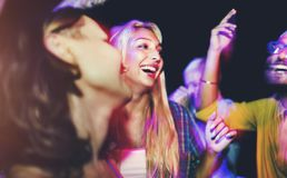 Freunde, die an einem Sommerfest tanzen stockfotografie