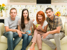 Freunde, die einen Film aufpassen Lizenzfreie Stockbilder