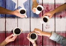 Freunde, die einen Kaffee zusammen gegen amerikanische Flagge trinken lizenzfreie stockfotografie