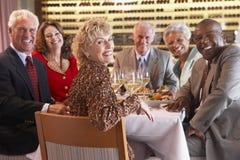 Freunde, die an einer Gaststätte zu Abend essen Lizenzfreies Stockbild