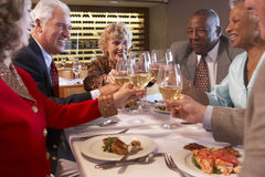 Freunde, die an einer Gaststätte zu Abend essen stockfoto