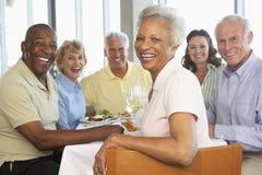Freunde, die an einer Gaststätte zu Mittag essen Stockfoto