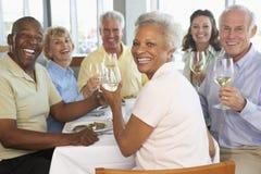 Freunde, die an einer Gaststätte zu Mittag essen Stockbilder