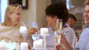 Freunde, die an einer Hochzeit gesellig sind stock video footage