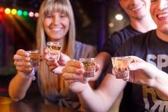 Freunde, die etwas trinken Lizenzfreie Stockfotos