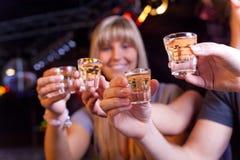 Freunde, die etwas trinken Lizenzfreies Stockbild