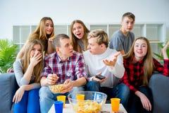 Freunde, die Fernsehen stockfotos