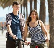 Freunde, die Freizeit mit Fahrrädern verbringen Stockfotografie