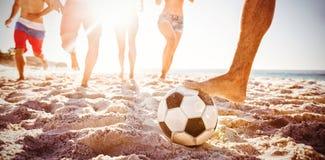 Freunde, die Fußball spielen stockbild