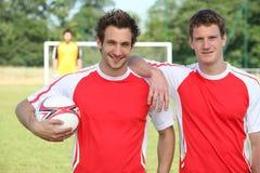 Freunde, die Fußball spielen Stockfoto