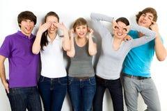 Freunde, die Gesichter bilden lizenzfreie stockfotografie