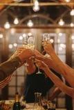 Freunde, die Getränke an einer Partei rösten lizenzfreie stockfotografie