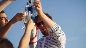 Freunde, die Gläser während der Partei auf der Yacht klappern stock video