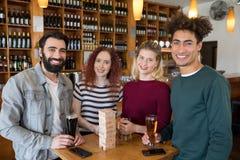 Freunde, die Glas Bier in der Bar essen Stockbild