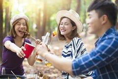 Freunde, die Grill essen und das Spa?zujubeln haben stockbilder