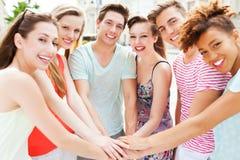 Freunde, die Händen sich anschließen Stockfoto