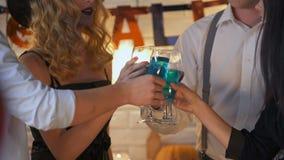 Freunde, die Halloween feiern und blaues Farbgetränk, Süßes sonst gibt's Saures trinken stock video