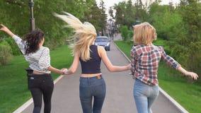 Freunde, die Hand in Hand laufen Mädchen und verbringen glücklich Zeit Langsame Bewegung stock video
