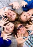 Freunde, die Hände wellenartig bewegen Stockfoto