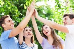 Freunde, die Händen sich anschließen Stockbilder